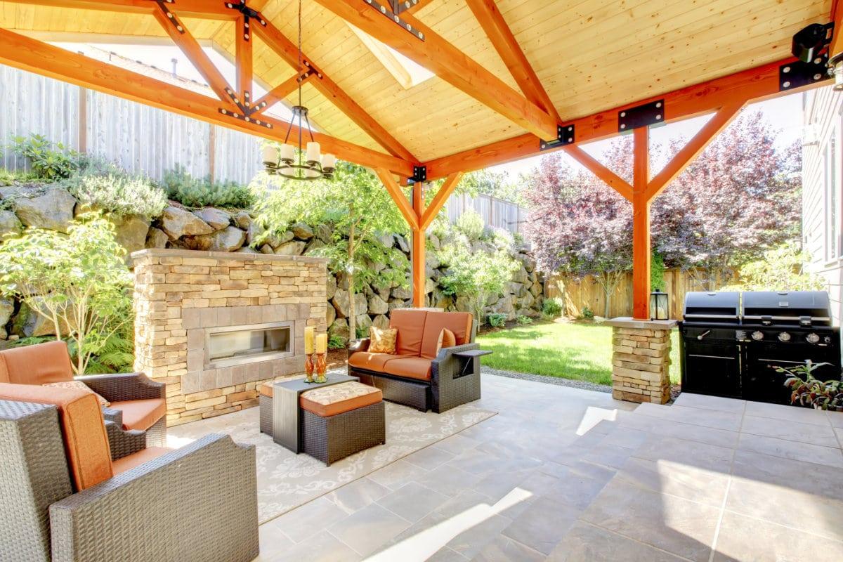 tuin met houten overkapping